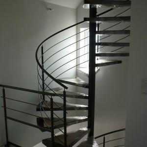 escalier hélicoïdal sur 2 étage, marches métal insonorisé