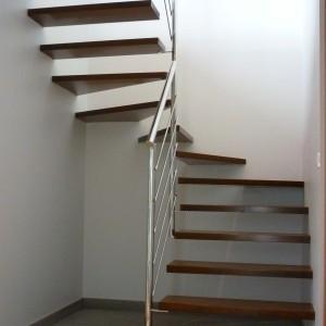 escalier suspendu marche acier rouillées, garde-corps inox poli